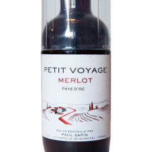 Petit Voyage Merlot s poharom etiketa