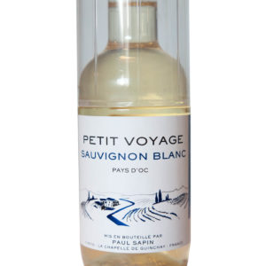 Petit Voyage Sauvignon blanc s poharom etiketa
